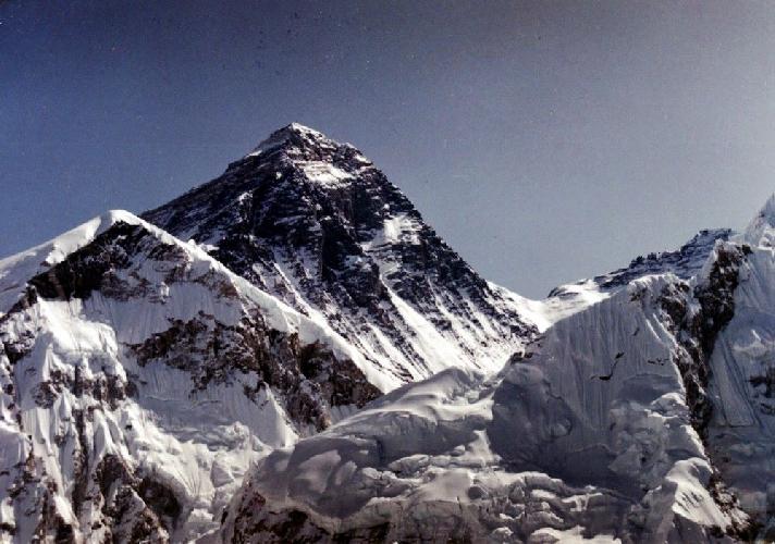Массив Эверест-Лхотзе-Нудзе с обзорного пика Калапатар. Базовый лагерь - слева на леднике.
