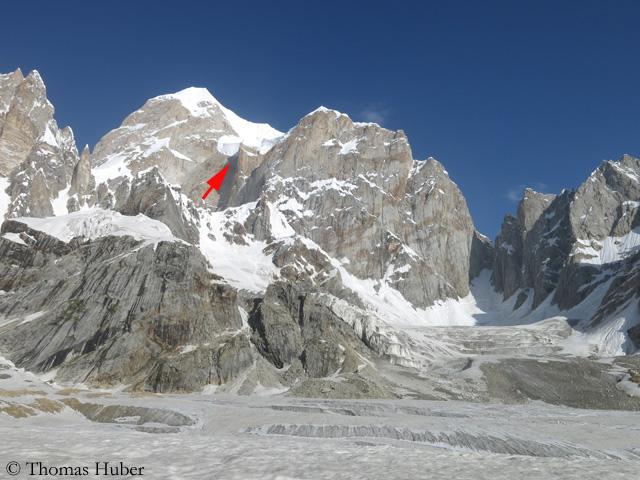 Латок III. Стрелкой показан огромный скальный выступ и серак, ставший причиной лавины