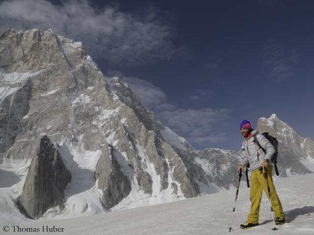 Томас Хубер (Thomas Huber) на леднике Чоктой (Choktoi Glacier), за его спиной  - Северная стена Латок I (слева) и гора Огре (Ogre) справа