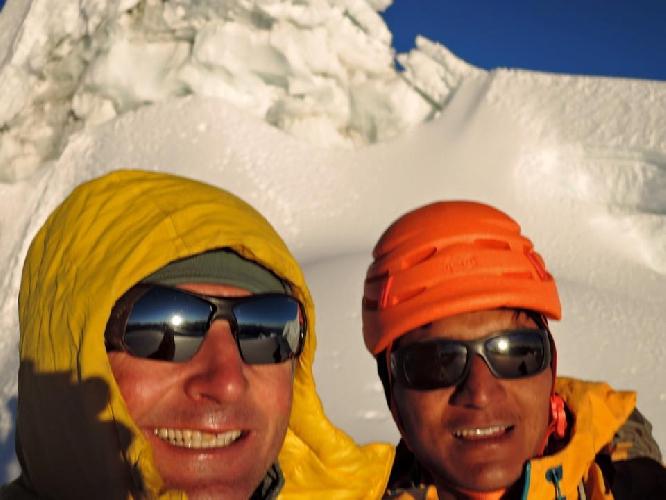 Ули Штек (Ueli Steck) и Тенджи Шерпа (Tenji Sherpa) в восхождении по Северной стене Чолатзе. Французский маршрут (Cholatse Northface via the Frenchroute).