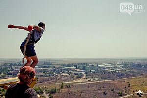 В Одессе экстремалы прыгают с трубы высотой 101 метр