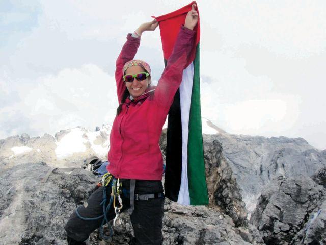 Сюзанна Аль Хоуби (Suzanne Al Houby) на вершине Пунчак Джая (Puncak Jaya)