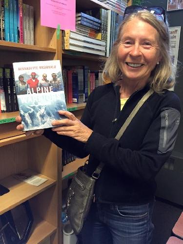 """Бернадетт МакДональд (Bernadette MacDonald) с книгой """"Alpine Warriors"""""""