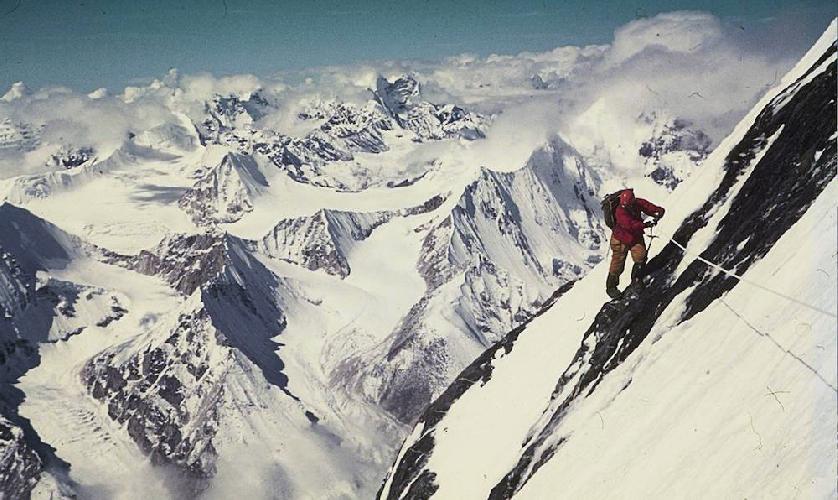 """Восхождение по южной стене Макалу. Югославская экспедиция 1975 года. Высота 7500 метров. Фото из книги """"Alpine Warriors"""""""