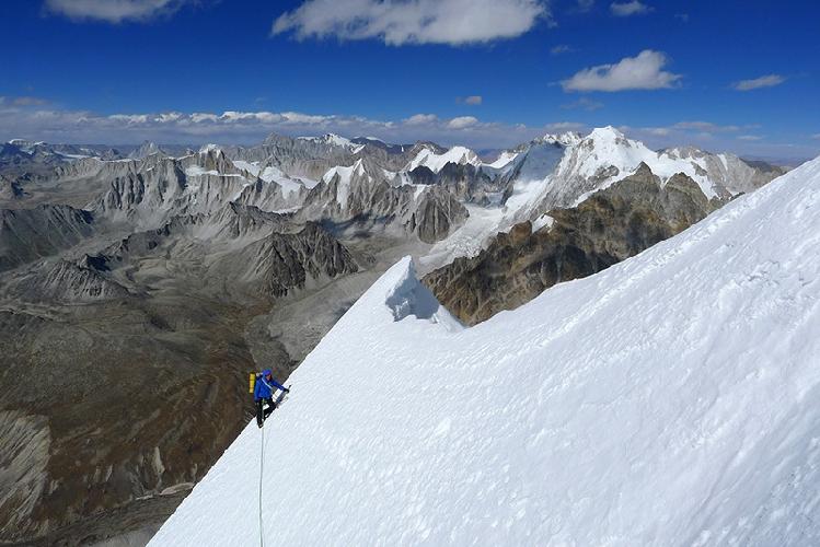 Пол Рамсден (Paul Ramsden) и Мик Фаулер (Mick Fowler) на маршруте по Северной стене горы Гэйв Динг (Gave Ding) в Непале