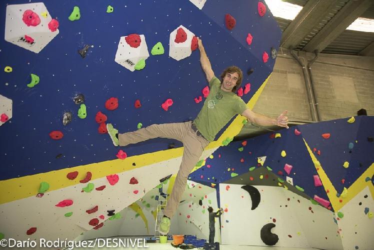 Крис Шарма (Chris Sharma)  в своем новом скалодроме в Барселоне