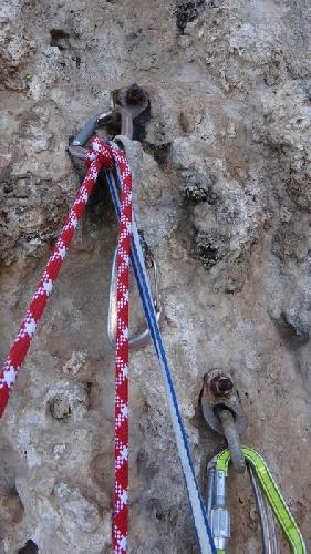 Очевидные признаки коррозии в морской среде, на страховочной станции на скале в Сицилии. Шлямбуры были установлены всего лишь несколько лет назад (материал - нержавеющая сталь марки AISI 304)