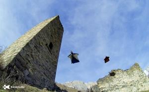 Уральский бейсджампер совершил уникальный прыжок, пролетев на расстояние меньше метра от старинной Ингушской башни.