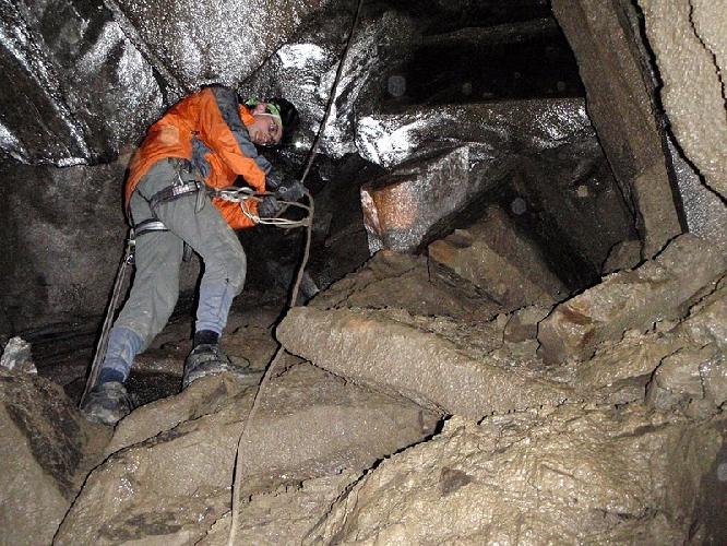 """Внутри пещеры """"Петрос-1"""". Фото www.zommersteinhof.io.ua"""