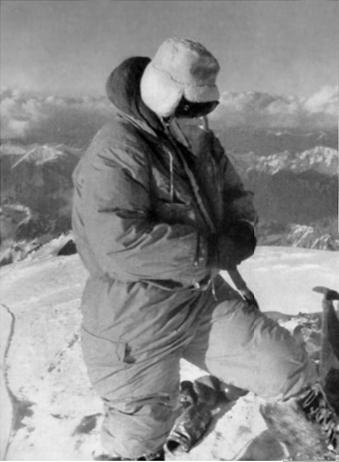 Акилле Компаньони (Achille Compagnoni) на вершине К2. 1954 год