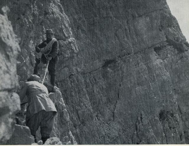 Антонио Димаи и король Бельгии Альберт I. На южной стене Пунта Фиаме, группа гор Помаганьон (севернее Кортины д'Ампеццо). Так впервые был осуществлен подъем на стену, в которую сегодня вбито десять скальных крючьев.