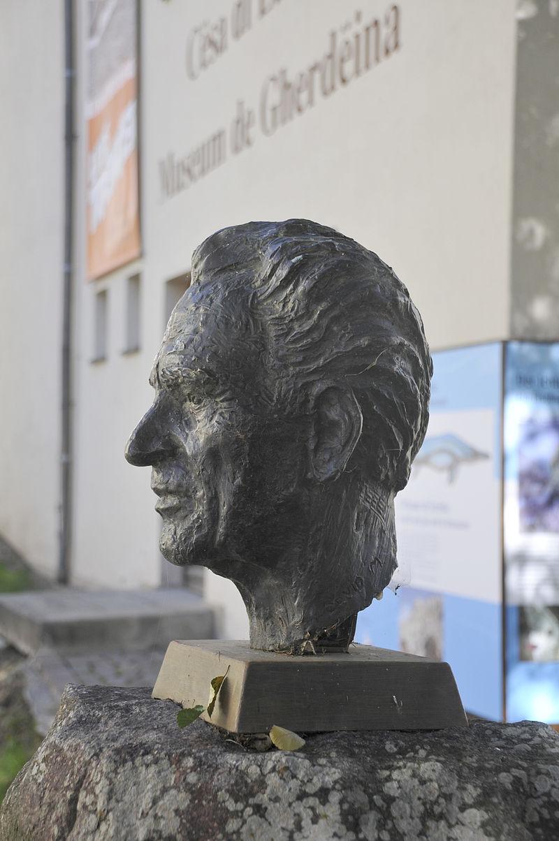 Бюст Луиса Тренкера (автор Дэвид Мородер), установлен в 1984 году у входа в музей Валь-Гардена