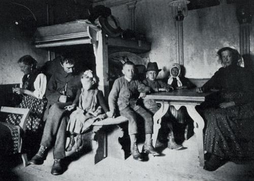 Фото (слева): Антонио Димаи и его семья. Деревянная комната в доме в Чиаве №104 существует до сих пор. Эти снимки принадлежат королю Бельгии Альберту I.