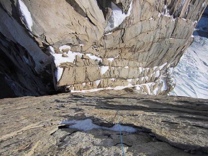 Взгляд вниз с маршрута восхождения на Пунта Херрон (Punta Herron (2780 м)