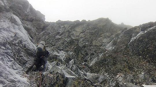 Мачей Бедрежчук (Maciej Bedrejczuk) на последней веревке в первый день восхождения