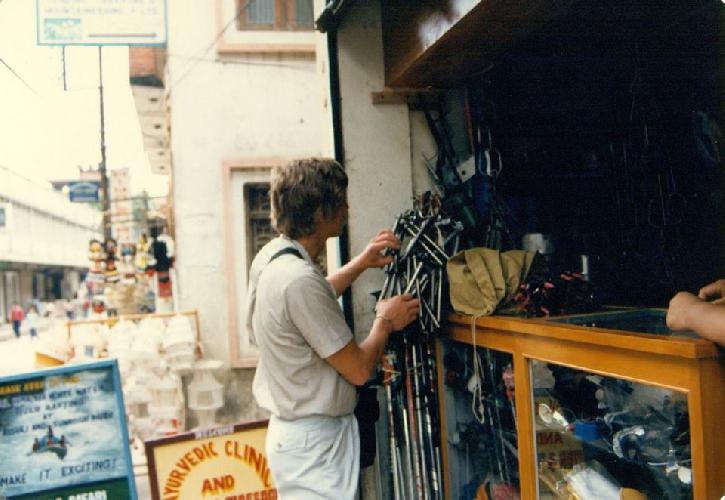 Канченджанга 1989. Фото С. Богомолова. Миша Можаев в Катманду рассматривает твердую валюту тех лет - титановые советские ледобуры