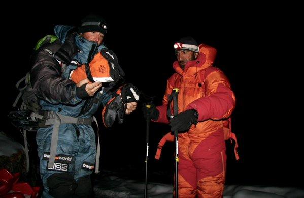 Алекс Тикон, Али Садпара и Даниэль Нарди в 4:00 утра перед началом восхождения