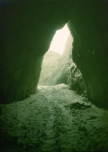Входной колодец пещеры Снежная в 1981 г. Фото: Серафимов К.
