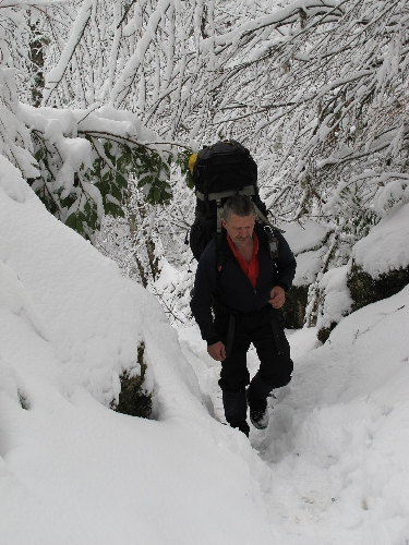 Матреничев Вячеслав на тропе возле Лёшиной пещеры в декабре 2012 г.  Фото: Шувалов А.