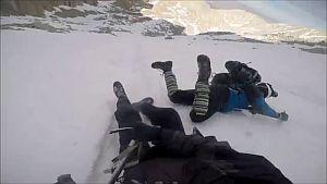 Инцидент в горах: Долгое падение альпиниста по снежному склону