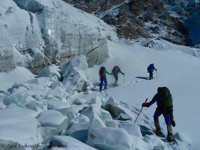 Прохождение маршрута к леднику у первого высотного лагеря