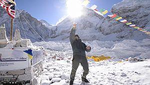 Панорама Эвереста: гора открыта для восхождений с севера, в Непале пока много проблем