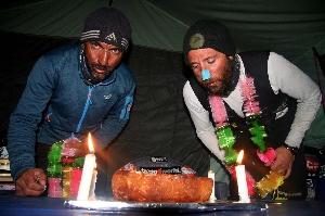 """Алекс Тикон (Alex Txikon, Испания) и Мухаммад Али """"Садпара"""" (Muhammad Ali """"Sadpara"""", Пакистан) за праздничным столом в базовом лагере. 27 февраля 2016 года"""