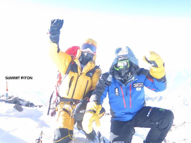 Алекс Тикон (Alex Txikon, Испания) и , Симоне Моро (Simone Moro, Италия) на вершине Нангапарбат. 26 февраля 2016 года
