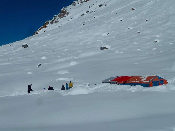 Базовый лагерь после ночного снегопада