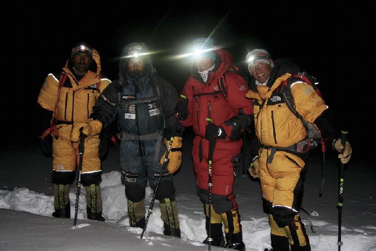 Команда на выходе из базового лагеря 22 февраля 2016 года