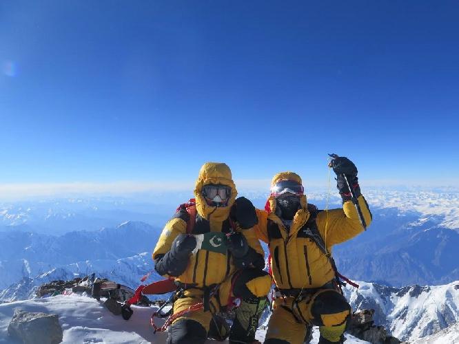 """Симоне Моро (Simone Moro, Италия) и Мухаммад Али """"Садпара"""" (Muhammad Ali """"Sadpara"""", Пакистан) на вершине Нангапарбат. 26 февраля 2016 года"""
