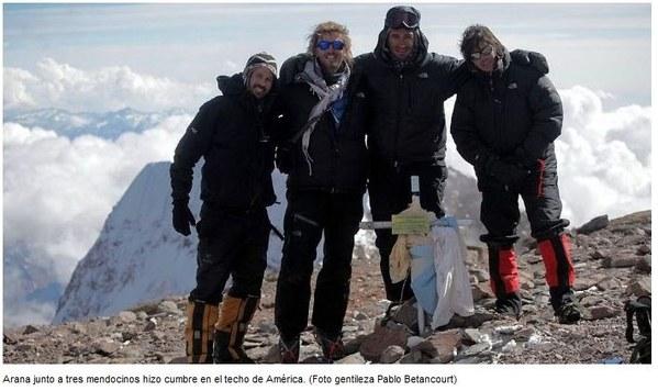 Факундо Арана ( Facundo Arana) с гидами на вершине Аконкагуа. 2010 год