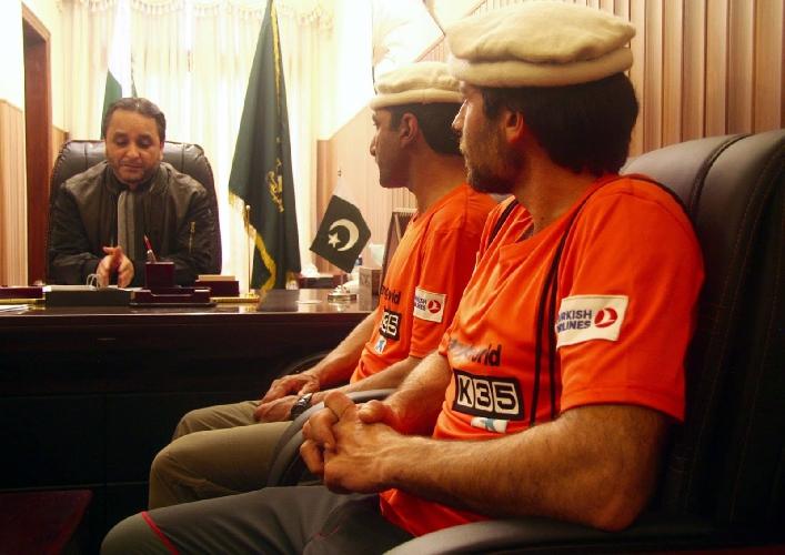 Али Садпара и Алекс Тикон во время встречи в правительстве после зимней экспедиции на Нангапарбат