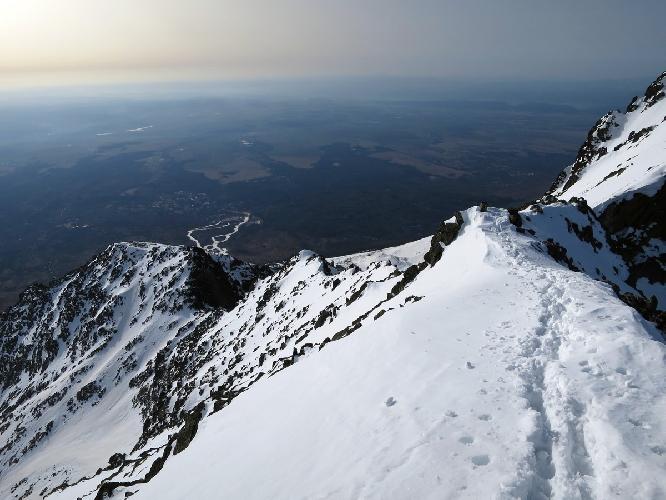 Слева — Хунцовский перевал и пик (пупырь). «Река» внизу — это лыжный склон