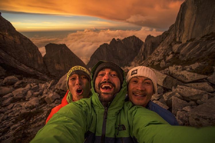 Сачи Амма (Sachi Amma), Эдди Жинелонни (Eddie Gianelloni) и Юджи Хираяма (Yuji Hirayama ) на горе Кинабалу на Борнео