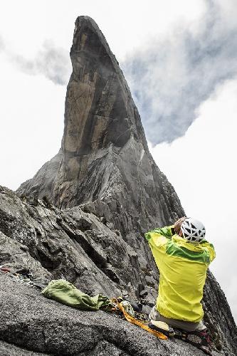 Сачи Амма (Sachi Amma) высматривает новые маршруты на горе Кинабалу на Борнео