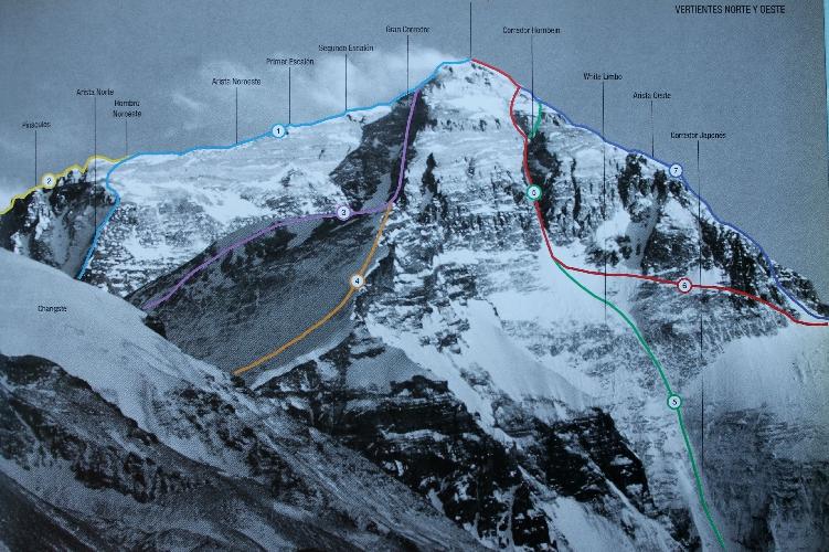 Эверест с северо-востока. Кулуар Хорнбайна (японский) - номер 4 на фото. Кулуар Нортона (австралийский) - номер 5. Стандартный маршрут восхождения с северной стороны под номером 1