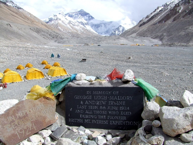 Мемориал Джорджа Мэллори и Сэнди Ирвина в базовом лагере на северной стороне Эвереста