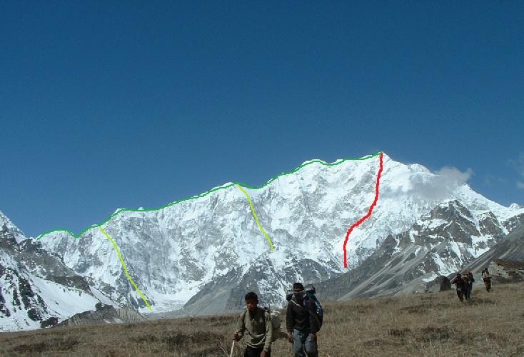 Канченджанга. Вариант полного прохождения Восточного ребра<br>Красным цветом - вариант прохождения Восточной стены<br>Салатовым - восхождения на Восточное ребро по двум отрогам<br>Зеленым цветом - полное прохождение Восточного ребра
