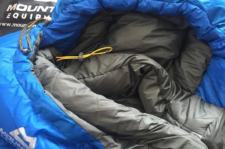 Шнурок затяжки капюшона и термовалика вокруг шеи.
