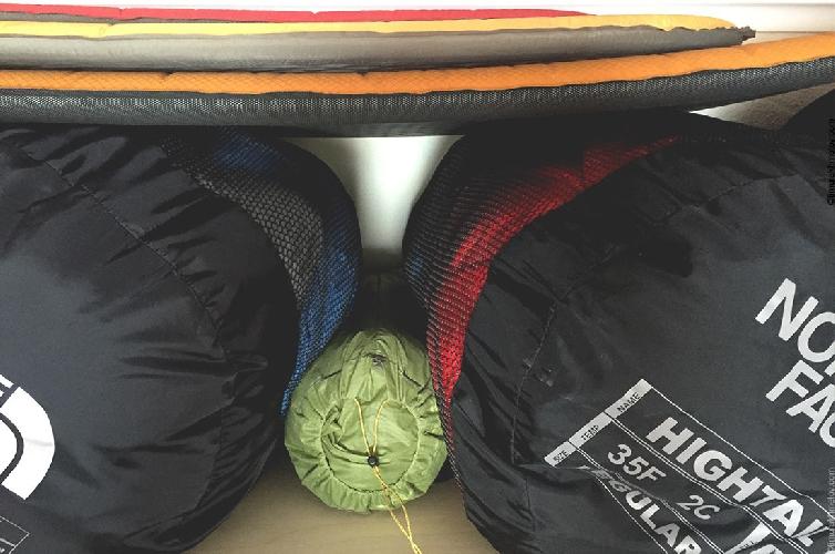 Правильное хранение спальников в специальном мешке.
