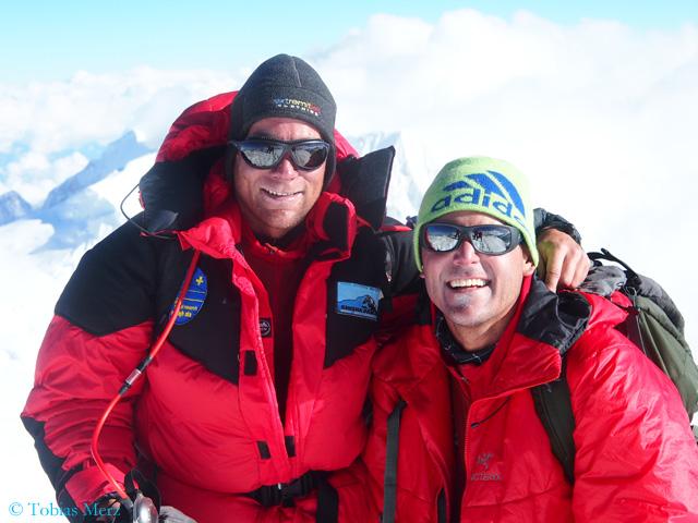 Доктор  Тобиас Мерц (Tobias Merz) и руководитель экспедиции доктор Урс Хефти (Urs Heft) на вершине горы Химлунг Химал (Himlung Himal)