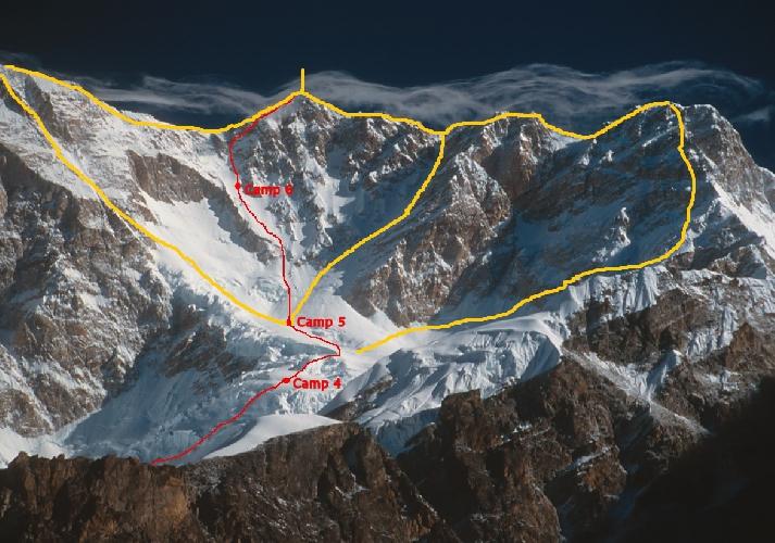 Маршруты 1989 года. Сперва альпинисты поднялись по среднему маршруту, а затем прошли траверсы с левой и правой стороны к главной вершине