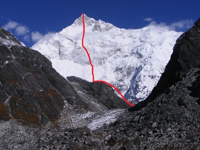 Канченджанга. Юго-Восточная стена. Предполагаемый будущий маршрут обозначен красным цветом