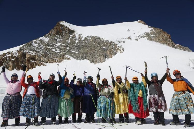 женщины Аймара у горы Ильимани ((Illimani) высотой 6438 метров