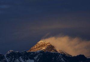 Впервые с 2014 года на Эверест поднялись альпинисты!