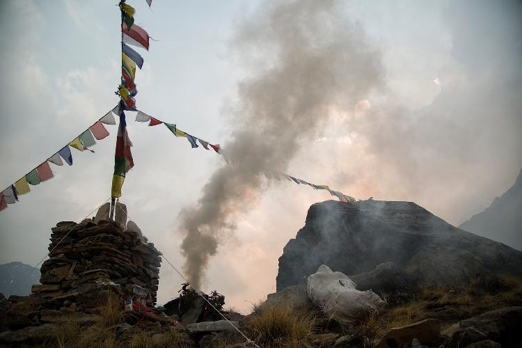 Ритуал Пуджа в базовом лагере Аннапурны будет продолжатся пока каждый альпинист не вернется в базовый лагерь