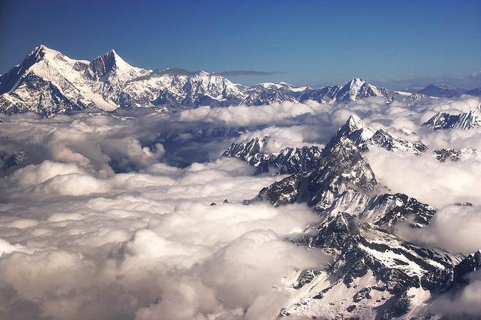 Над облаками в Гималаях. Восьмитысячник Шишапанга - слева на фото