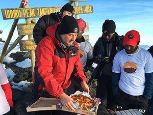 Ради рекорда американская пиццерия доставила пиццу на вершину Килиманджаро