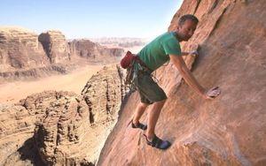 """Британец Лео Холдинг стал первым, кто покорил 350 метровую башню """"Pillar of Wisdom"""" в Иордании."""